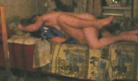 मोती के साथ सेक्स करते हुए हिंदी मूवी खेलता किशोर